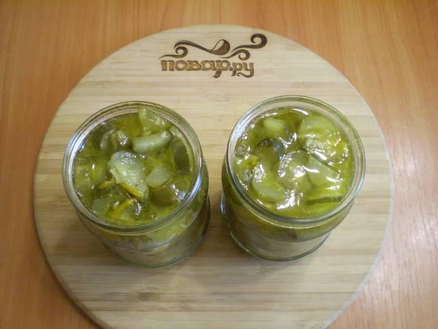 8. Раскладываем салат по баночкам стерильным.