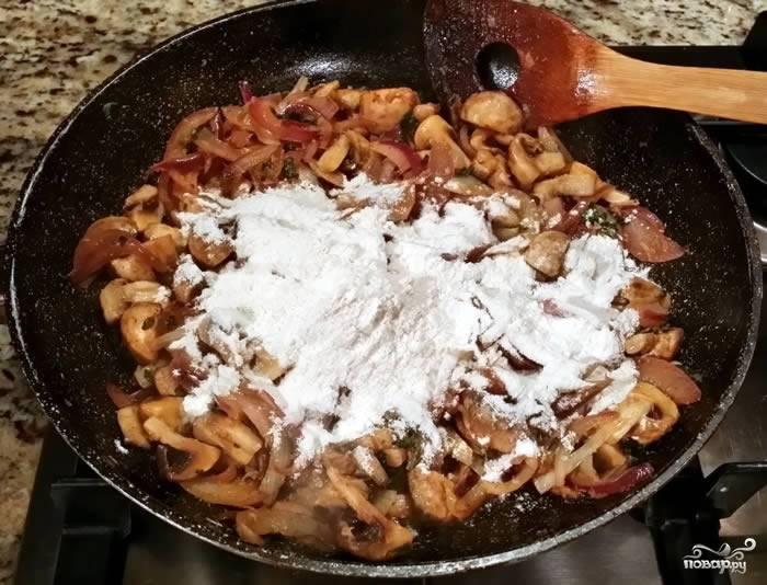 4. Снимите сковороду с огня, всыпьте муку и тщательно перемешайте, чтобы не образовались комочки.