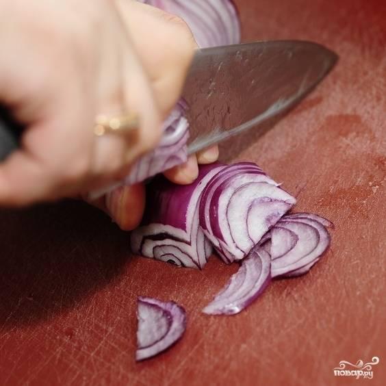 Лук нарезаем тонкими полукольцами, добавляем в салатницу.