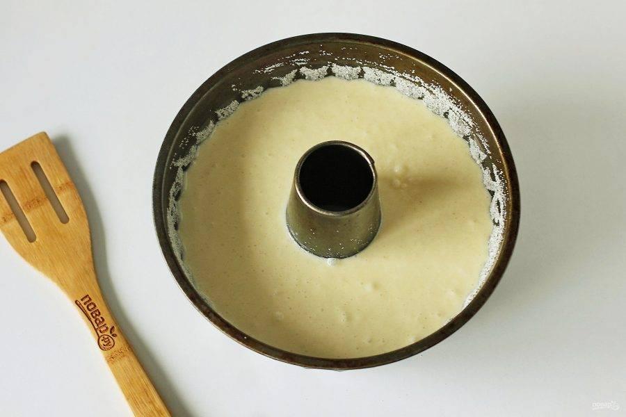 Перемешайте все еще раз. Тесто готово. Перелейте тесто в смазанную маслом форму для запекания. Дно и бока предварительно смажьте маслом и обсыпьте манкой.