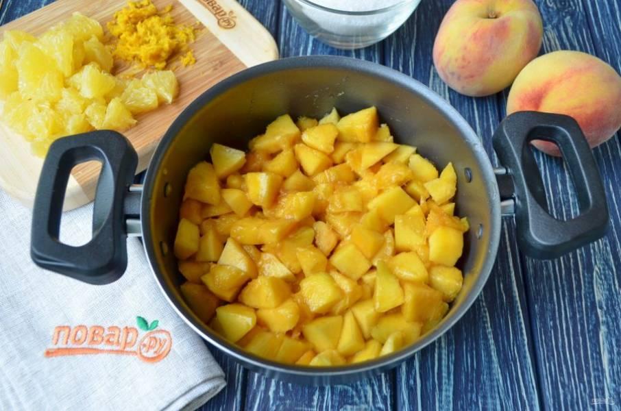 """Очистите персики от кожуры и косточек, порежьте небольшими кусочками. Как очистить персик от кожуры? Очень легко! Закипятите пару стаканов воды, опустите каждый персик на 30-40 секунд в кипяток, после - сразу в ледяную воду. Ножом сделайте крестообразный разрез на """"попке"""" и кожура легко снимется руками или ножом. Сложите в кастрюлю кусочки персиков."""