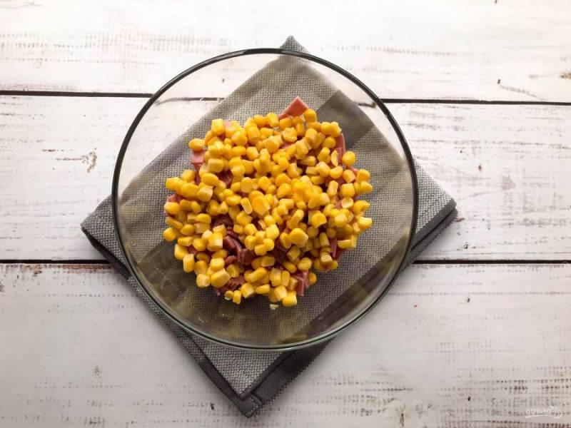 К ветчине добавьте консервированную кукурузу.
