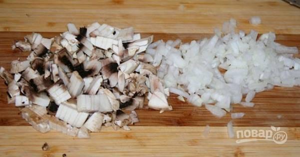 Теперь займитесь подливой. Мелко нашинкуйте лук и грибы.