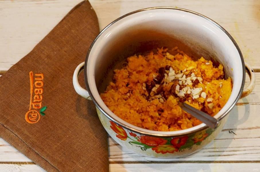 4. Добавьте к измельченной тыкве цедру, молотые орехи.