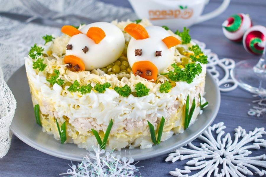 """Соберите """"поросят"""". У яиц надрежьте места для вставки ушек и хвостика. Ушки, хвостик и пятачок вырежьте из моркови. Пятачок присоедините с помощью гвоздики. Также гвоздику используйте для глаз. Уложите поросят поверх салата, подавайте к столу. Приятного аппетита!"""