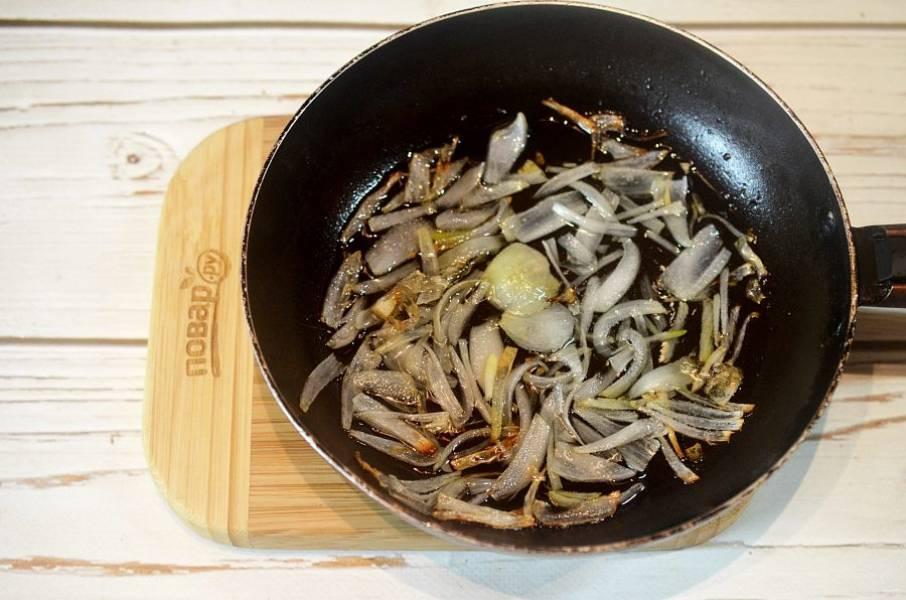 2. Обжарьте лук с добавлением масла.