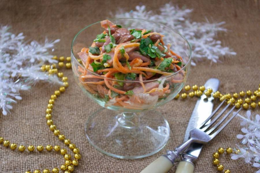7. Салат можно подать как на будничный стол - к обеду или ужину, так и на праздник. Красиво смотрится порционная подача в креманках на ножке. Приятного аппетита!