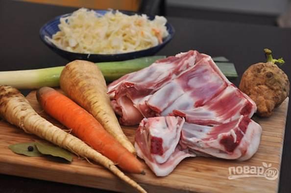 1.Подготовьте все необходимые ингредиенты для приготовления. Вымойте овощи и очистите.