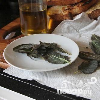 3. Выложить жареные листья на бумажное полотенце, чтобы просохли.