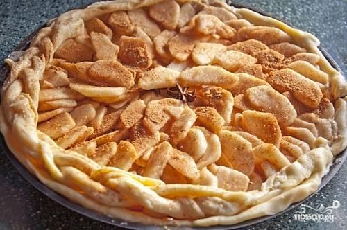 5. Сразу же выкладывайте его в жаропрочную форму и сделайте небольшие проколы вилкой. А вот дальше использовать быстрое тесто для пирога в домашних условиях можно для абсолютно любой начинки, которая окажется под рукой.  Вот так, просто и очень вкусно, - угощайтесь!