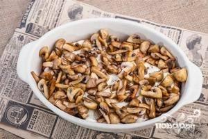 Следующий слой – жареные грибы. Подсаливаем их немного.