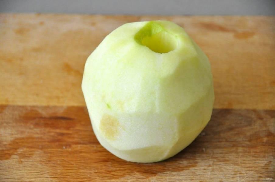 Зеленое яблоко очистите от кожицы и сердцевинки.