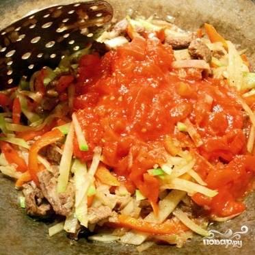 Затем добавляем в казан перец и редьку, жарим несколько минут, когда овощи чуть-чуть размякнут - добавляем мелко нарезанные помидоры, перемешиваем и тушим на среднем огне.