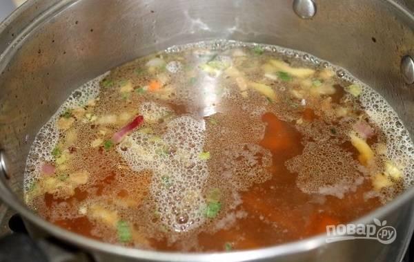 2. Влейте заранее приготовленный бульон. Добавьте соевый соус, рисовое вино, немного соли. При желании можно добавить также зелень, например. Доведите до кипения и на среднем огне проварите минут 10.