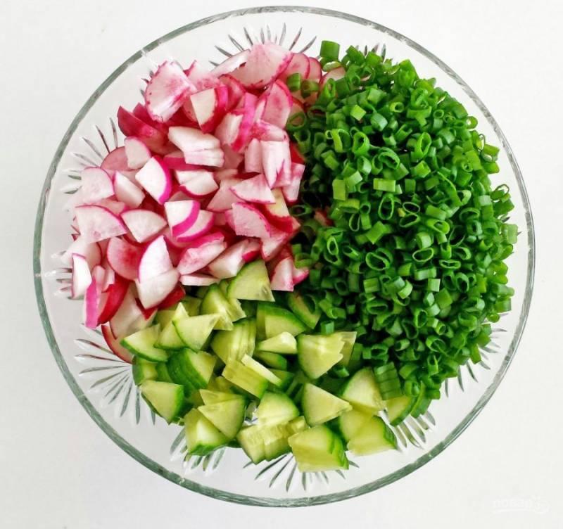 Овощи и зелёный лук промойте и мелко нашинкуйте.