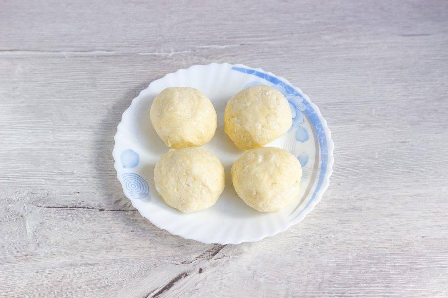 После того как тесто охладилось и схватилось, разделите его на 3 или 4 равные части.