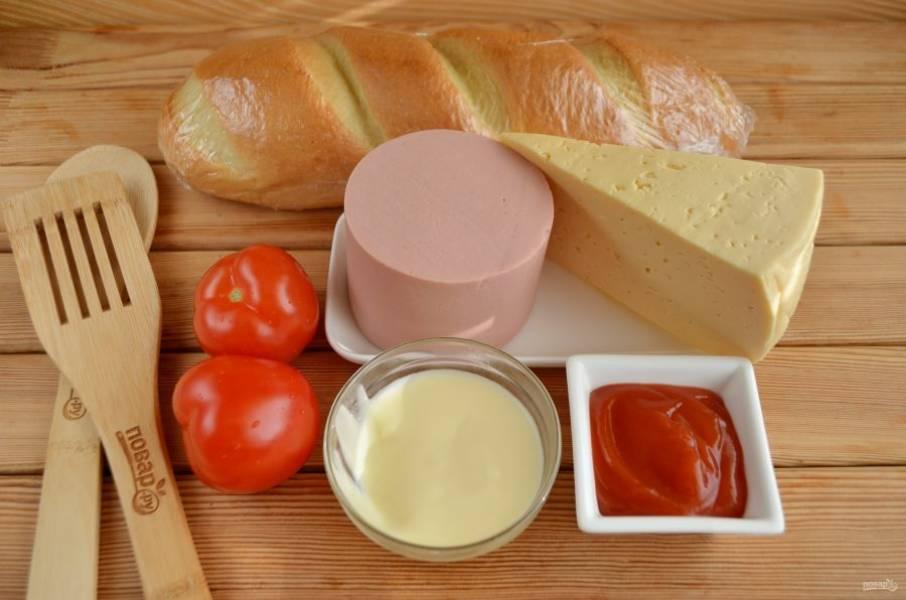 Подготовьте продукты. Вымойте помидоры, с колбасы снимите обертку.