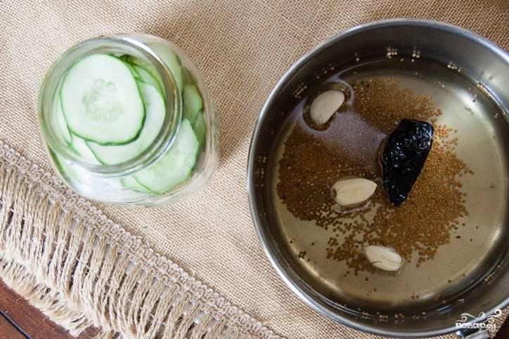 В кастрюле доведите до кипения воду с уксусом, сахаром и солью, дайте прокипеть пару минут, помешивая, пока сахар не растворится.  Затем добавьте чеснок и зерна горчицы в маринад.