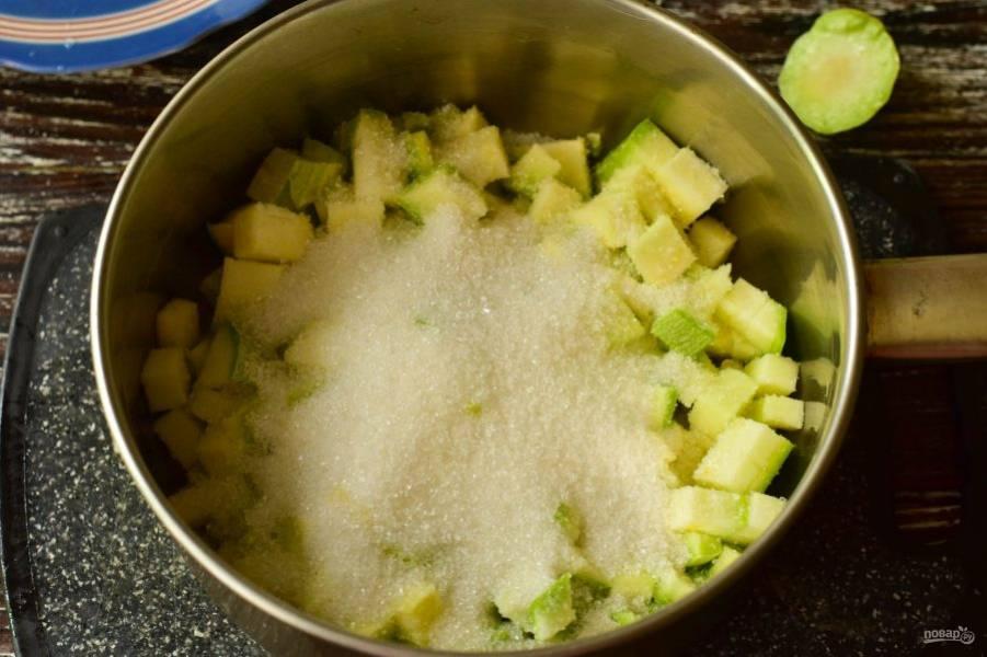 Выложите их в ковш или миску, добавьте сахар.