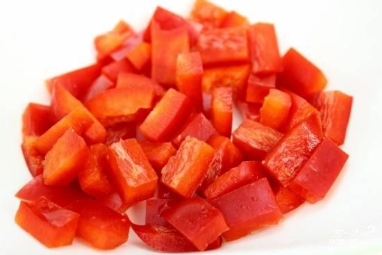 Мелко нарежьте перец и помидоры черри напополам.