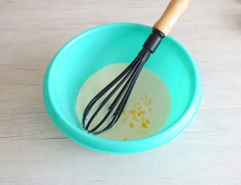 Когда опара будет готова, перелейте ее в просторную чашу. Добавьте оставшийся сахар, яйцо, растопленное сливочное масло, соль и перемешайте.