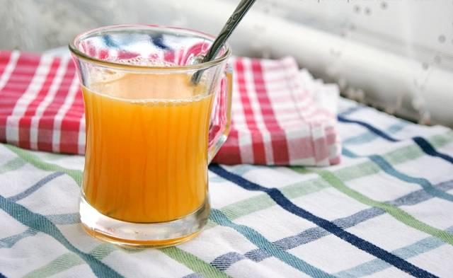 Добавляем к желтку с водой 0,5 чайной ложки соли и хорошо перемешиваем, чтобы соль растворилась.