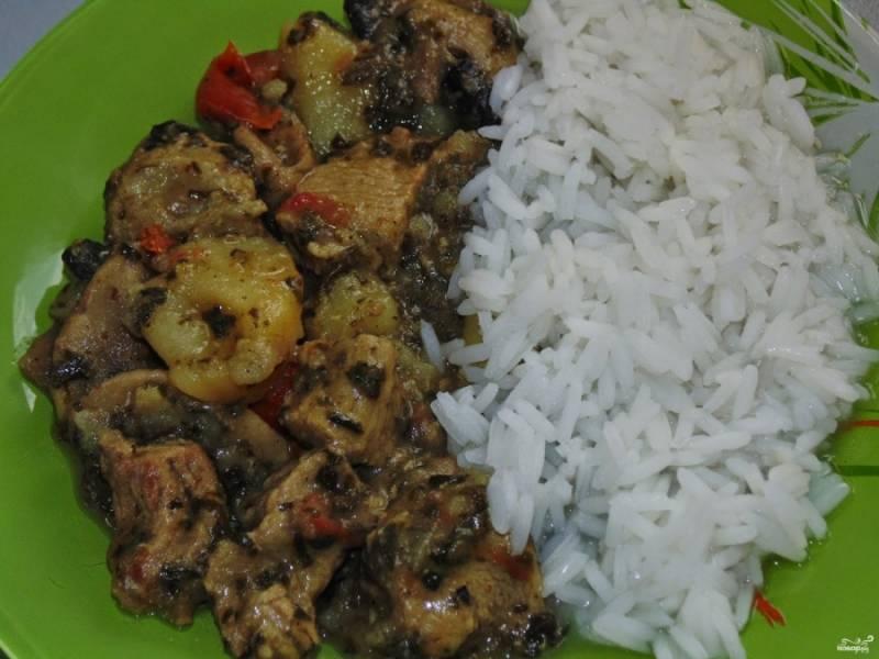 Готовое карри со свининой и грибами можете смело подавать без гарнира. Или, если сильно хотите, с легким гарниром - например, рисом. Приятного аппетита!