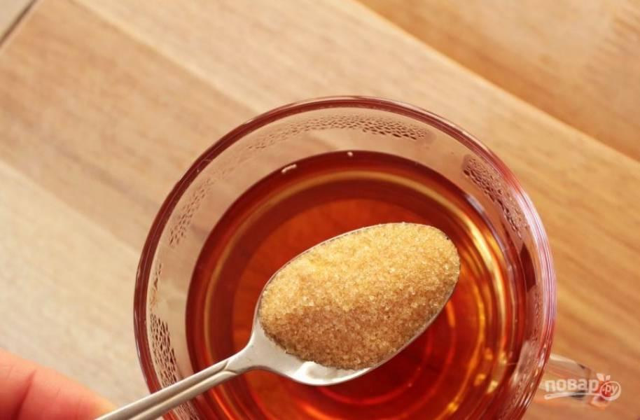 Добавьте в заваренный чай тростниковый сахар по вкусу. Его количество зависит от индивидуальных предпочтений. Сладкоежки могут добавить четыре чайные ложки. Если же вы не любите сладкое, то ограничитесь двумя.