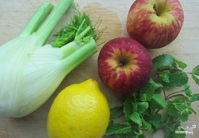 Подготовьте все ингредиенты. Помойте фенхель, яблоки и мяту.