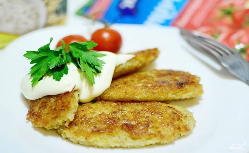 Подавайте диетические картофельные драники с овощами и сметаной. Приятного аппетита!