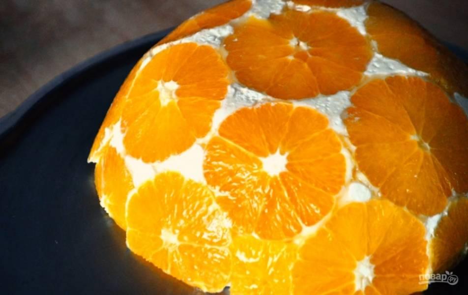 5. На дно формы выложите кружочки апельсина и залейте творожную массу. Оставьте в холодильнике минимум на 10-12 часов. После этого аккуратно извлеките десерт из формы. Приятного аппетита!