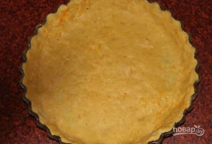 5.Раскатываю тонко тесто (около 2-3 миллиметров), укладываю его в форму для выпекания, отправляю в холодильник на 15 минут (туда же отправляю и остатки теста).