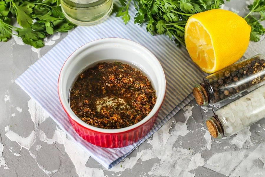 Высыпьте содержимое емкости в пиалу или глубокую тарелку, влейте растительное масло и лимонный сок, тщательно перемешайте.