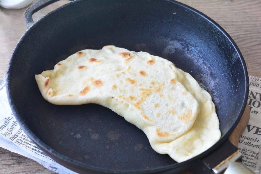 Обжаривайте кутабы на сухой сковороде с двух сторон по 2 минуты.