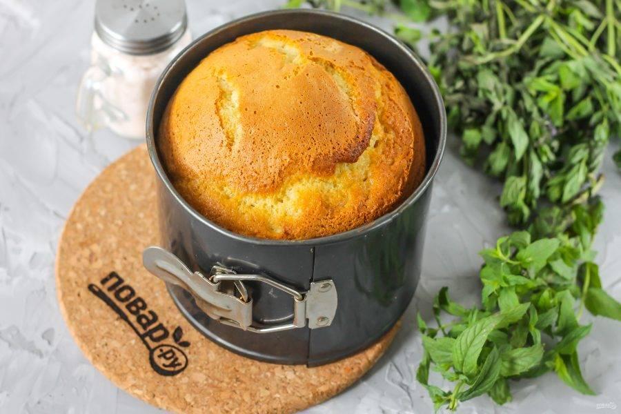 Выпекайте бисквит около 25-30 минут, проверяя его готовность длинной деревянной шпажкой. После приготовления извлеките форму и переместите на бок, чтобы бисквит не опал во время остывания.