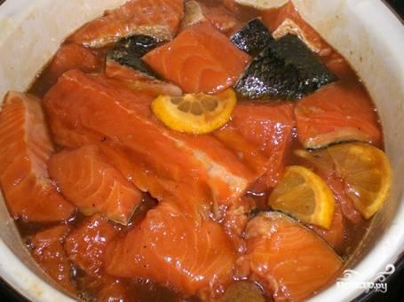Залить рыбу гранатовым соком, один лимон порезать дольками, а с другого выжать сок. Добавить масло и специи. Все хорошо перемешать и мариновать 2 часа.