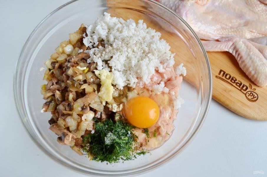 В тарелочке соедините куриный фарш, вареный рис, грибы с луком, сырое яйцо, зелень, перец черный молотый, чеснок и соль.