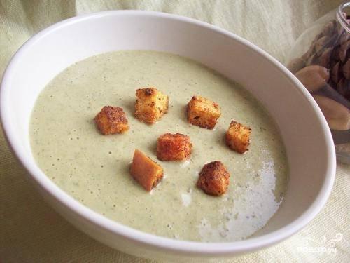 Согреваем сливки и тонкой струйкой добавляем в суп. Добавляем специи, перемешиваем, еще раз прогреваем, не доводя до кипения, разливаем по тарелкам и посыпаем суп сухариками. Вот и все — приятного аппетита!