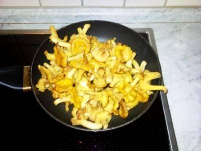 Отдельно на сковороде жарим лисички, пока из грибов не выпарится лишняя влага, их мы тоже солим и перчим.