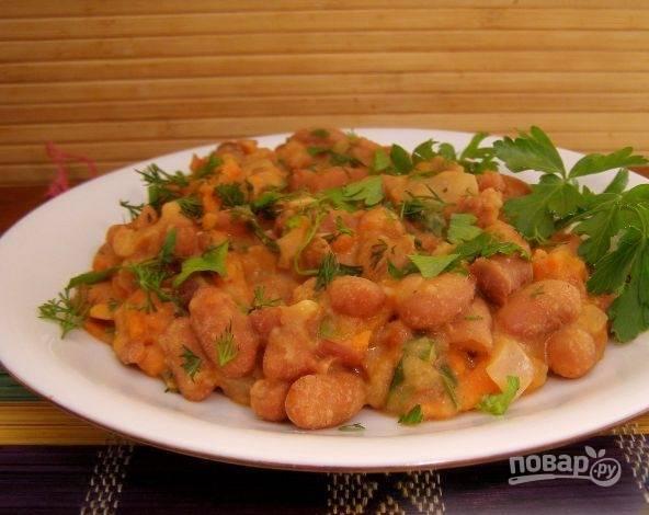 7. Когда вся лишняя жидкость испарится, наше овощное рагу с фасолью готово. В это блюдо можно добавлять помидоры, кабачок и любые другие овощи, которые сочетаются с фасолью.