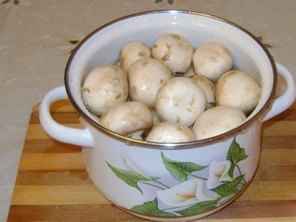 Промойте грибы.