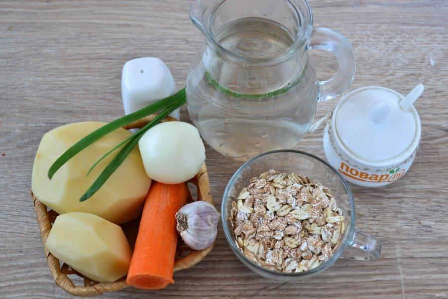 Подготовьте все необходимые ингредиенты. Овощи очистите и ополосните. В кастрюлю налейте необходимое количество воды и поставьте на огонь.