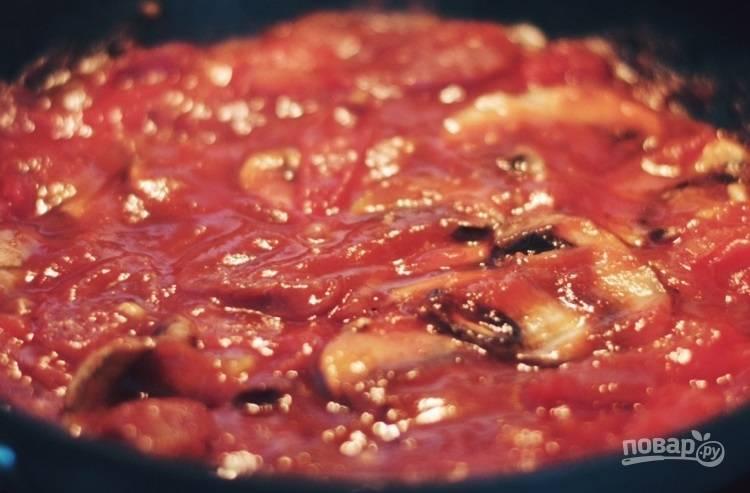 3.Добавьте к томатам томатный соус, а также пластинки грибов, колбаски, соль по вкусу и сахар, тушите все несколько минут, затем добавьте брокколи.