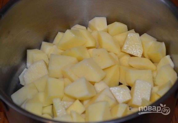 8. Параллельно очистите и нарежьте небольшими кубиками картофель.