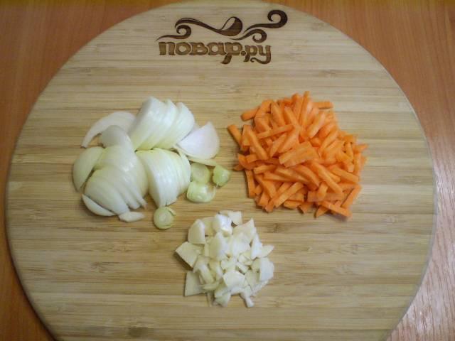 4. Отдельно измельчаем лук, чеснок и морковь. Морковь я нарезаю маленькими брусочками, чеснок — пластинками, а лук — четвертькольцами.