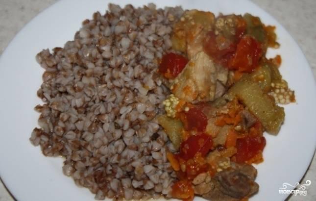 Добавьте баклажаны и помидоры в скороварку. Готовьте всё вместе 5 минут. Приятного аппетита!