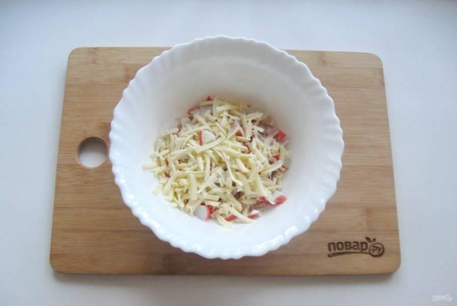 3. Сыр натрите на терке и выложите в салат.