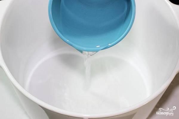 3. В глубокую мисочку налейте воду.