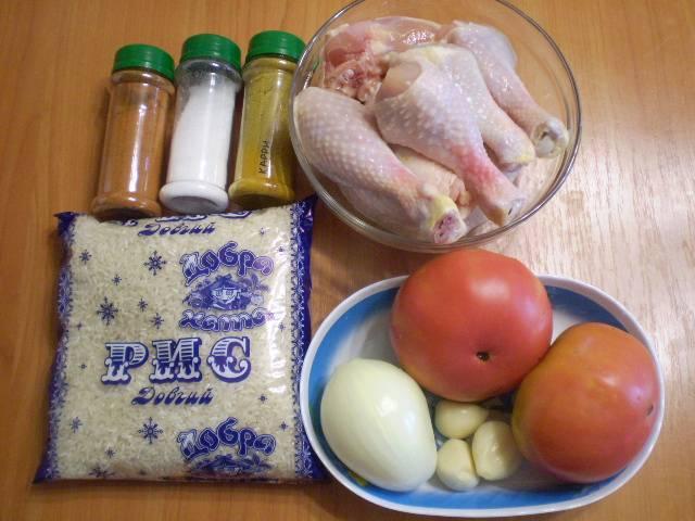 Подготовим продукты. Помидоры нужно обдать кипятком, чтобы было легко снять кожуру. Лук и чеснок очистить. Курицу порубить на части.