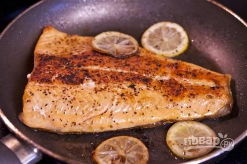 Обжарьте на сковороде с оливковым маслом и дольками лимона.